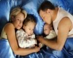 Малыш и родители в одной постели
