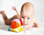 Когда малыш уверено держит голову?